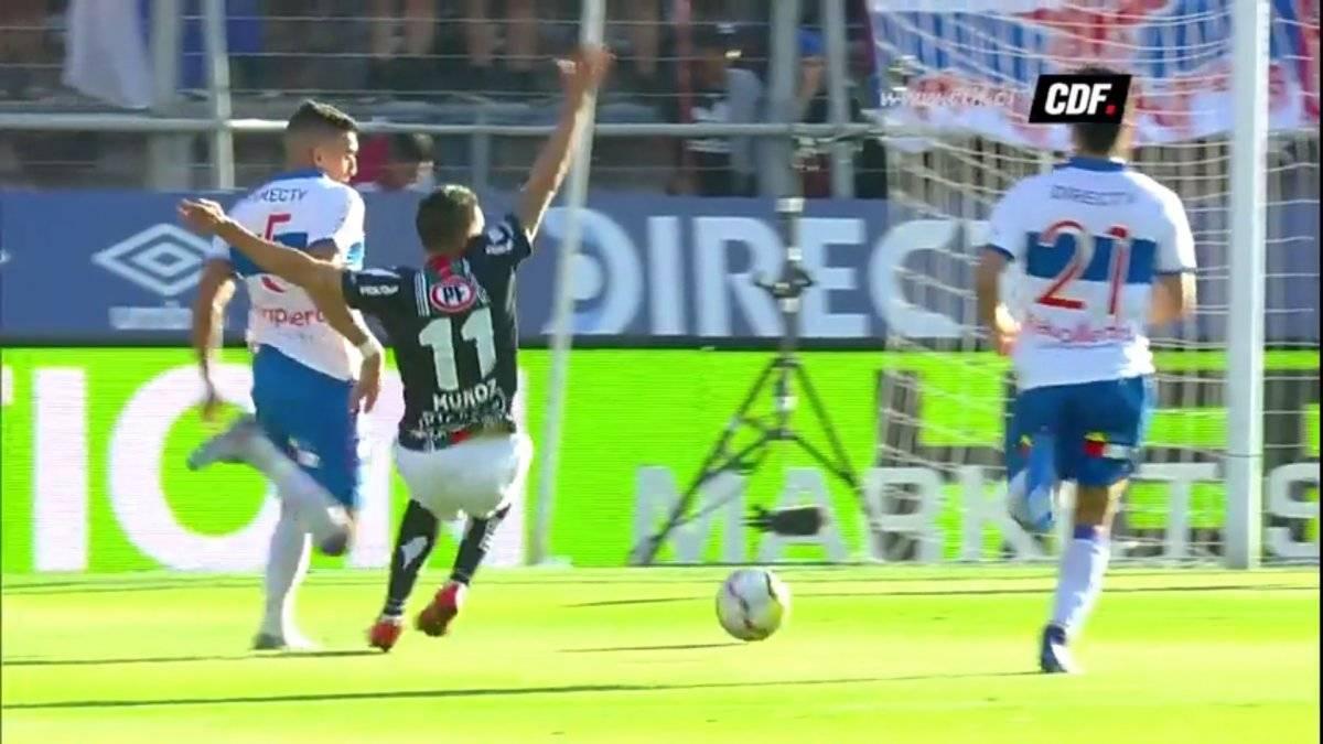 Ribery Muñoz cae aparatosamente tras un leve contacto con Branco Ampuero / Foto: Captura CDF