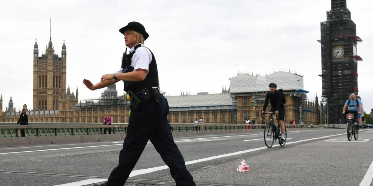 """Conductor arrolla a peatones tras impactar al parlamento británico: policía investiga incidente como """"terrorista"""""""