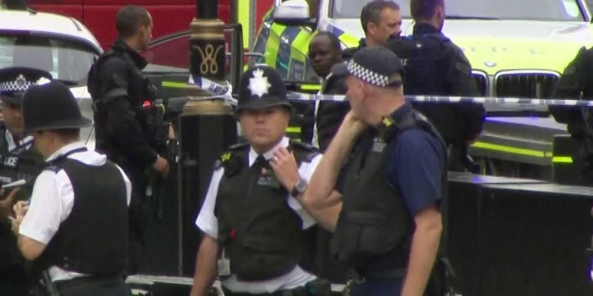 """El auto arrolla a ciclistas y peatones: cámaras de seguridad capturan el instante del presunto """"atentado"""" frente al Parlamento en Londres"""
