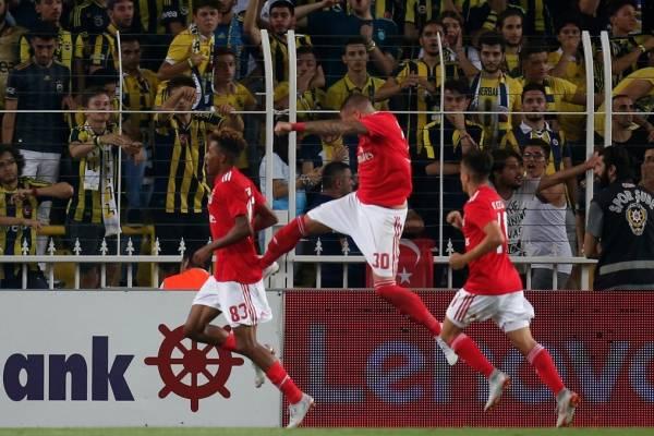 Nico Castillo y una particular celebración del gol con Gedson Fernandes / Foto: AP