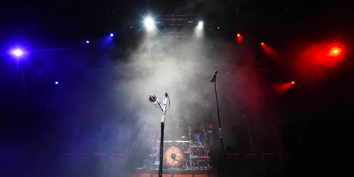 Video: famosa cantante quedó semidesnuda en pleno concierto