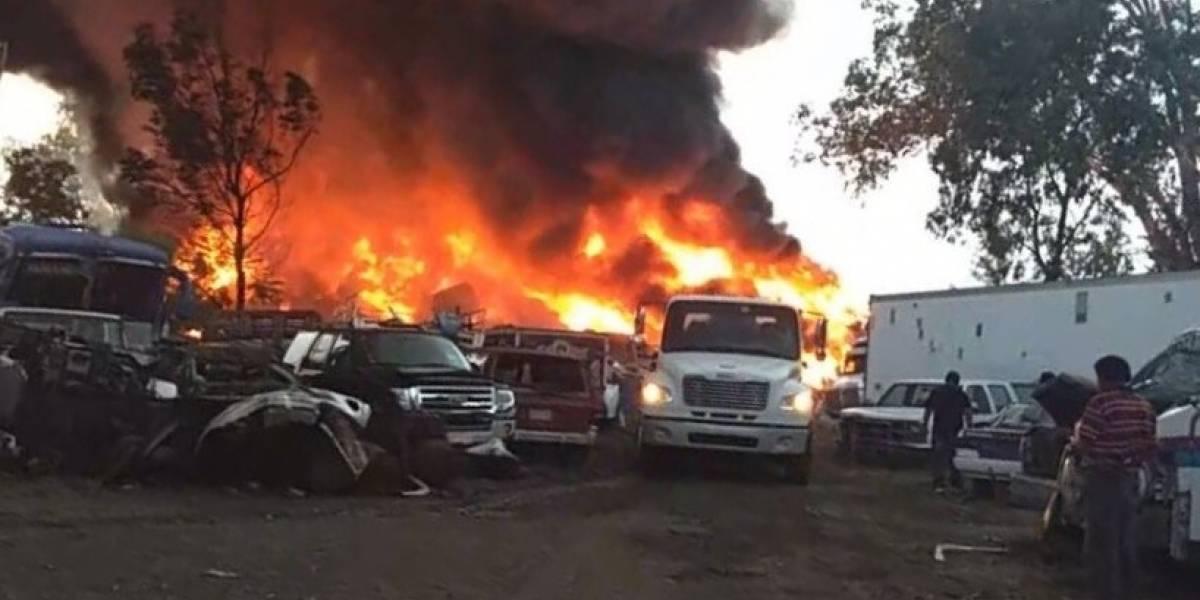 Incendio consume más de 30 autos en corralón de Morelos