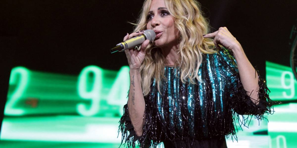 Tras accidente con vestido, Marta Sánchez muestra los senos en concierto