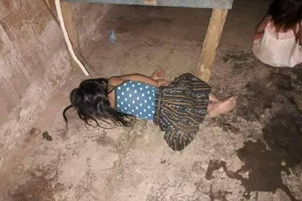 Niñas duermen en el piso
