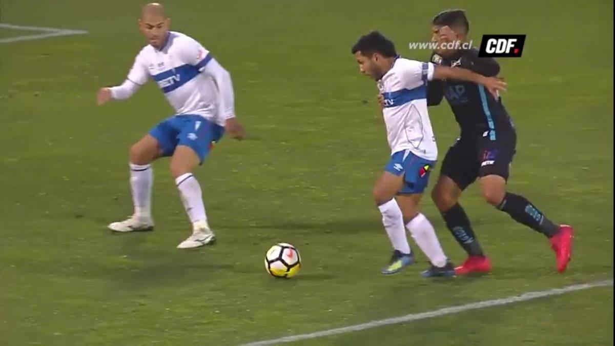 Diego Rojas se deja caer tras sentir el contacto del brazo derecho de Juan Pablo Miño / Foto: Captura CDF