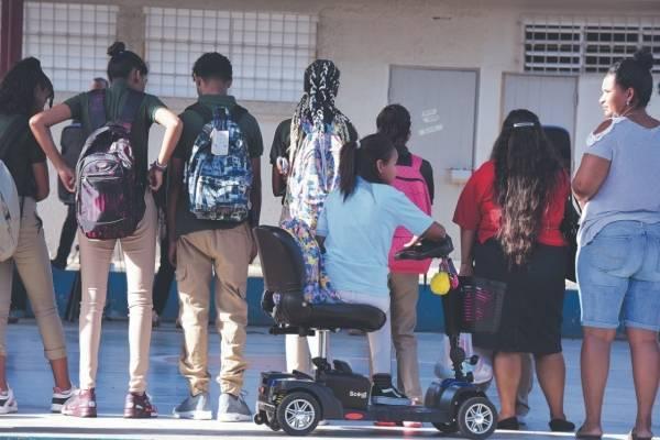 Una estudiante en sillón de ruedas no podía acceder al segundo piso donde estaba su salón, ya que la escuela Ángel Ramos no tiene rampa. dennis a. jones