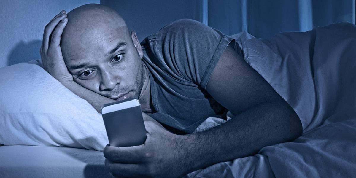 La luz de tu smartphone te está dejando ciego, revela estudio