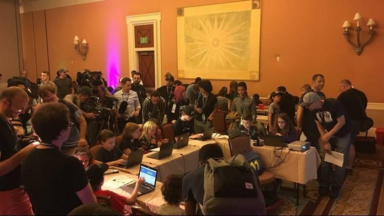 las máquinas de votaciones de los Estados Unidos fueron hackeadas por estos niños