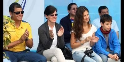 Anne Dominique Correa junto a su madre
