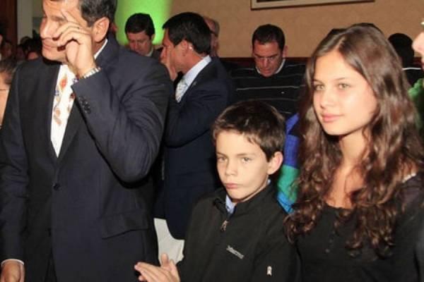 Anne Dominique Correa junto a su familia cuando su padre era presidente de Ecuador