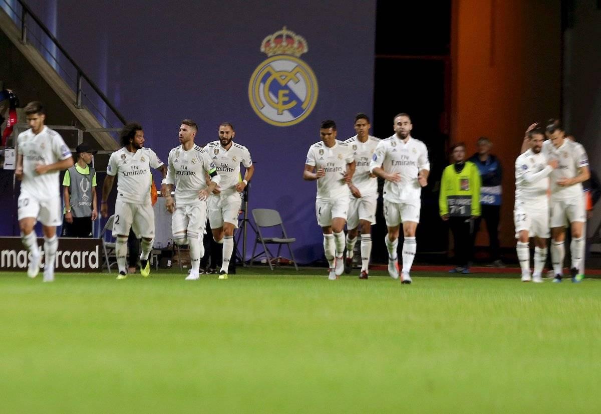 El delantero francés del Real Madrid Karim Benzema (4i) celebra su gol con sus compañeros, durante la Supercopa de Europa que Real Madrid y Atlético de Madrid juegan esta noche en el estadio Lillekula, en Tallinn, Estonia EFE/VALDA KALNINA