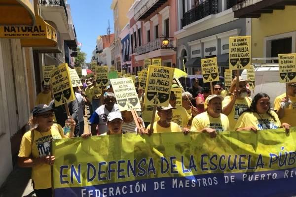 Miembros de la Federación de Maestros marchan en el Viejo San Juan hacia La Fortaleza. / Foto: David Cordero Mercado