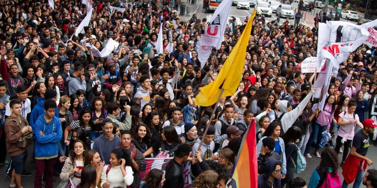 Protesto de estudantes do ensino médio ocupa a avenida Paulista