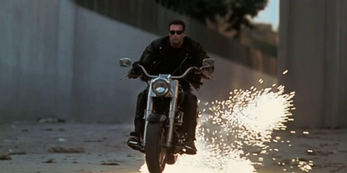 """El """"Terminator"""" ucraniano: choca semidesnudo a toda velocidad en moto, vuela por los aires y se levanta como si nada hubiera pasado"""