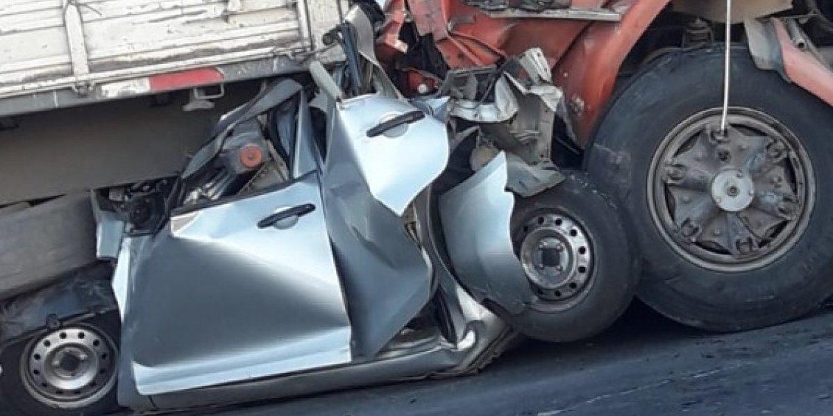 Choque en Los Andes: Auto quedó aplastado entre dos camiones