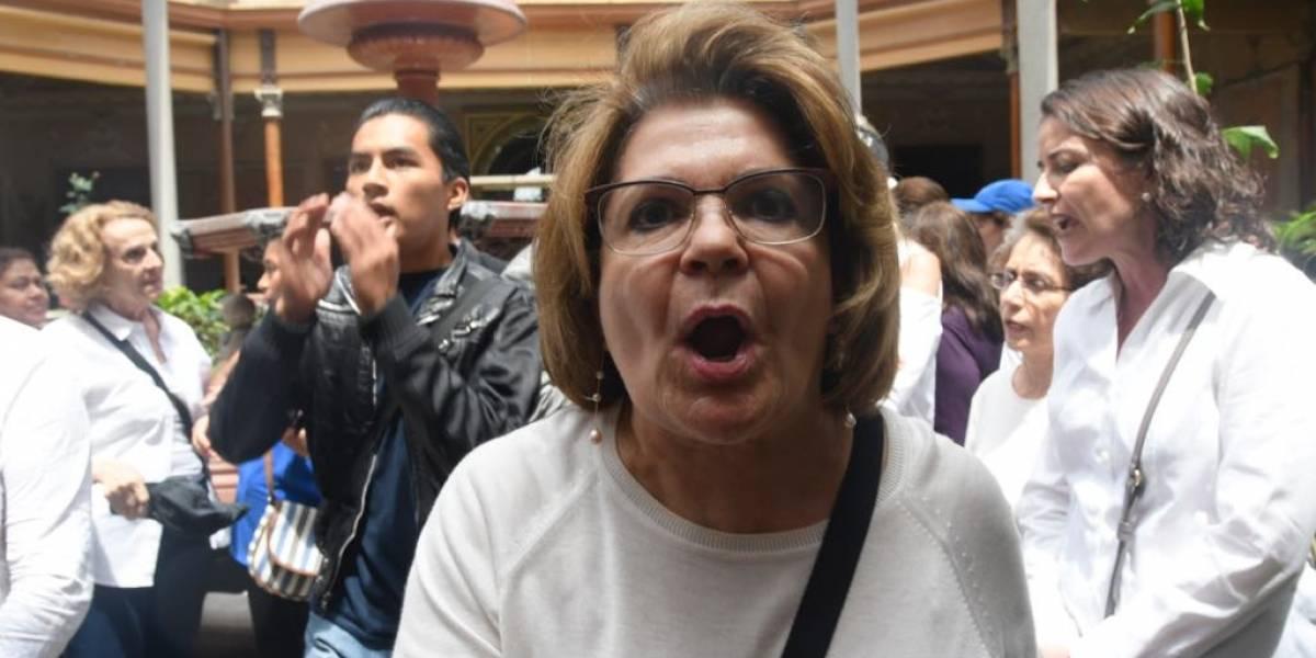 Manifestantes irrumpen conferencia de prensa por firma entre TSE y CICIG