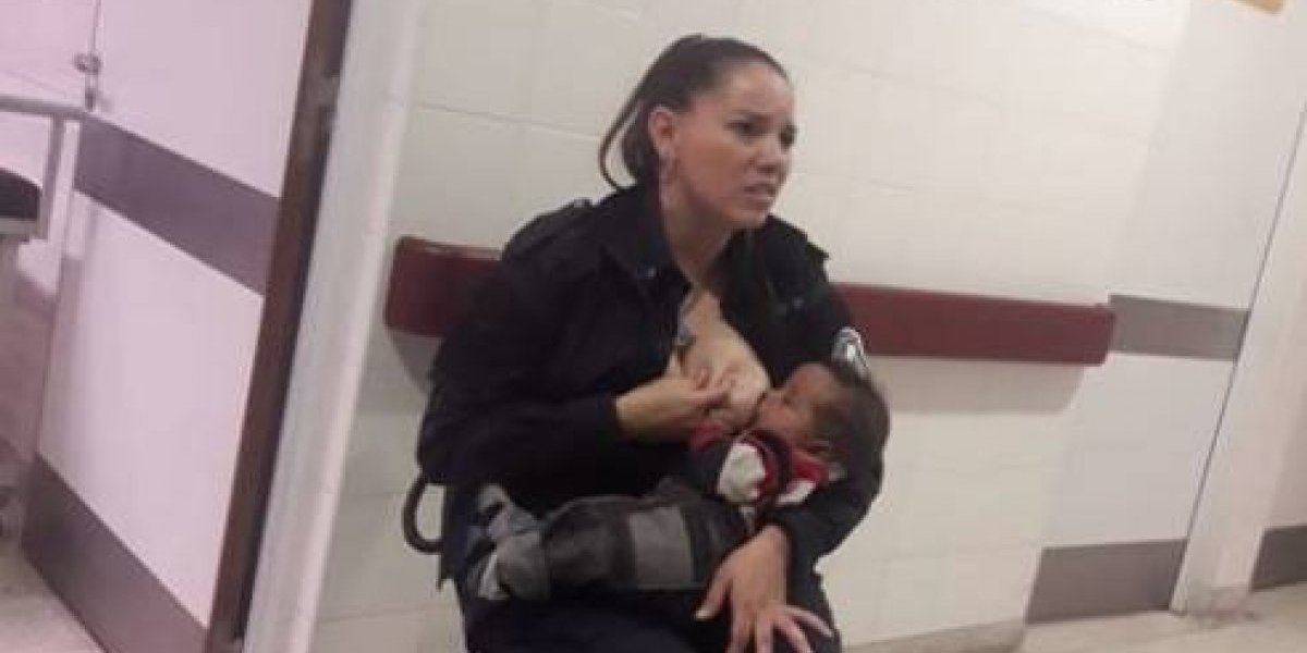Foto de policía amamantando a niño que no conocía se vuelve viral
