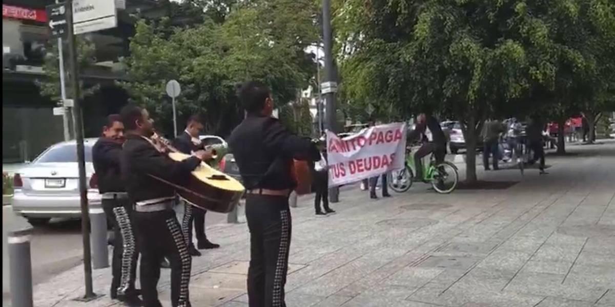 Piden a 'Jaimito' pagar deudas al son del mariachi