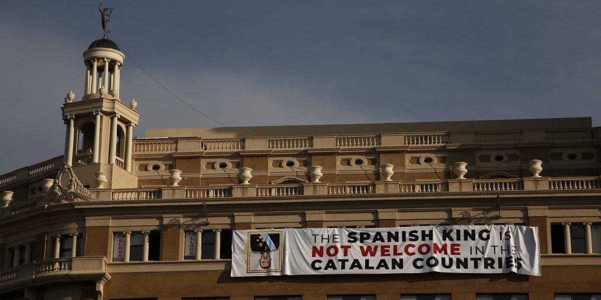 """""""El rey español no es bienvenido en los países catalanes"""": protestas independentistas se toman conmemoración de atentados terroristas en Barcelona"""