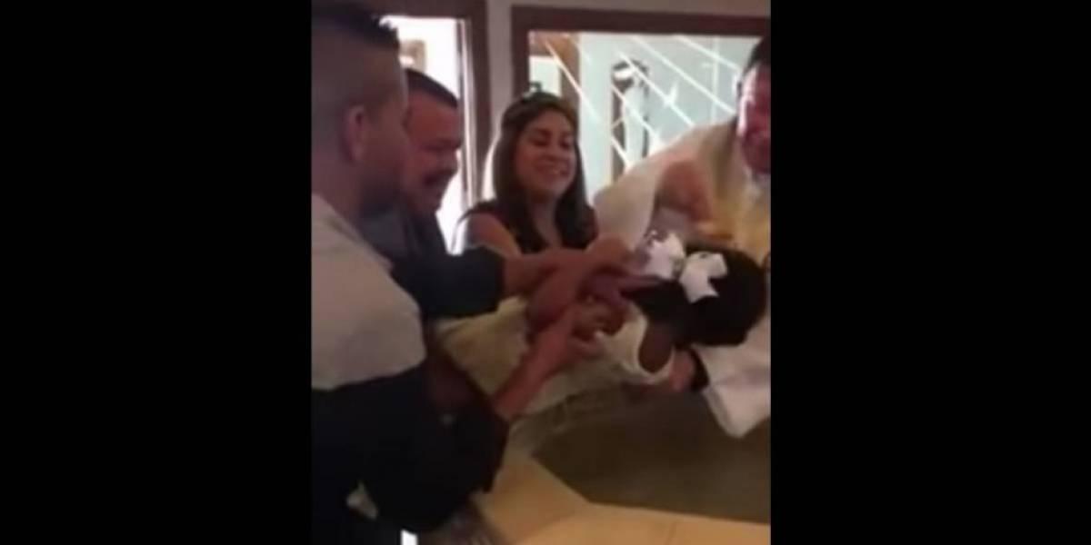 """VIDEO. Niña """"se enoja"""" con sacerdote durante bautizo y lo llama """"puto"""""""