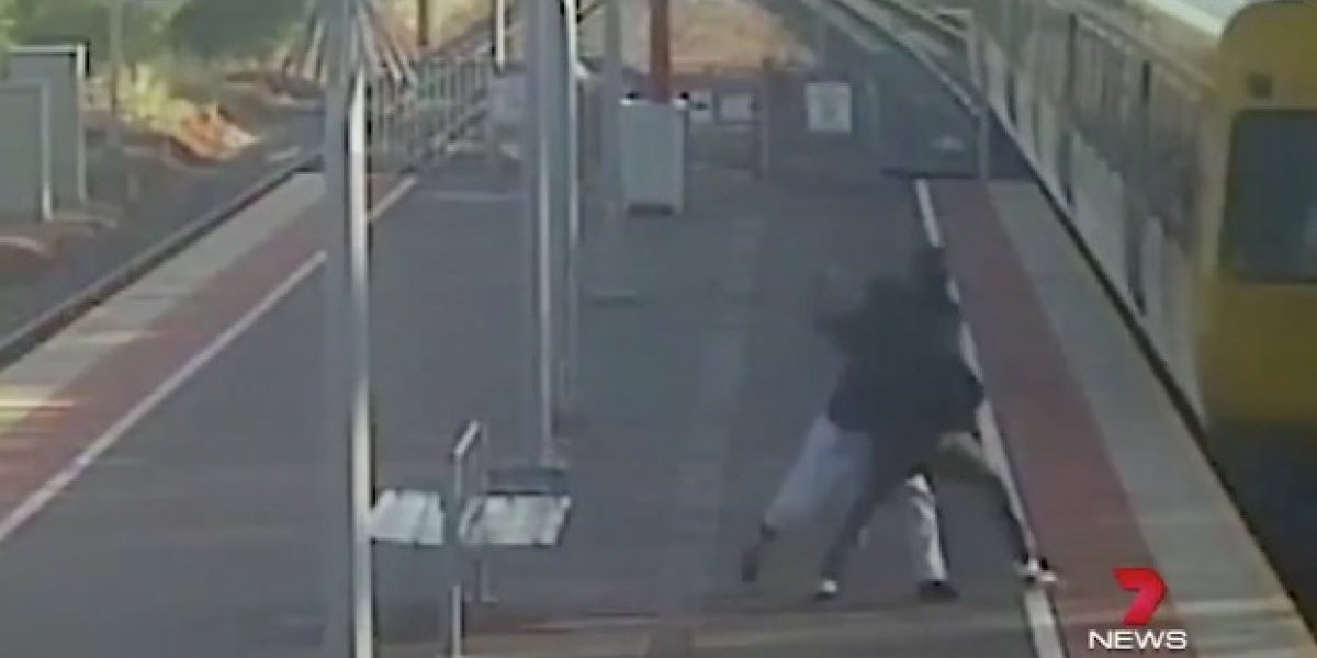 #Video Hombre intentar arrojar a su novia a vías de tren