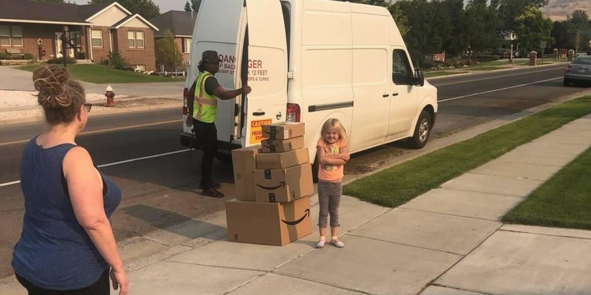 Niña pide en secreto casi 400 dólares en juguetes por Amazon y su madre lo transforma en una buena acción