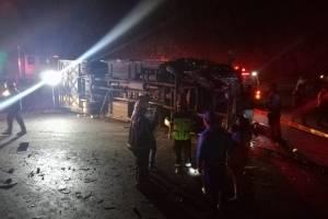 Se registra un accidente de tránsito entre un transporte de pasajeros y un tráiler
