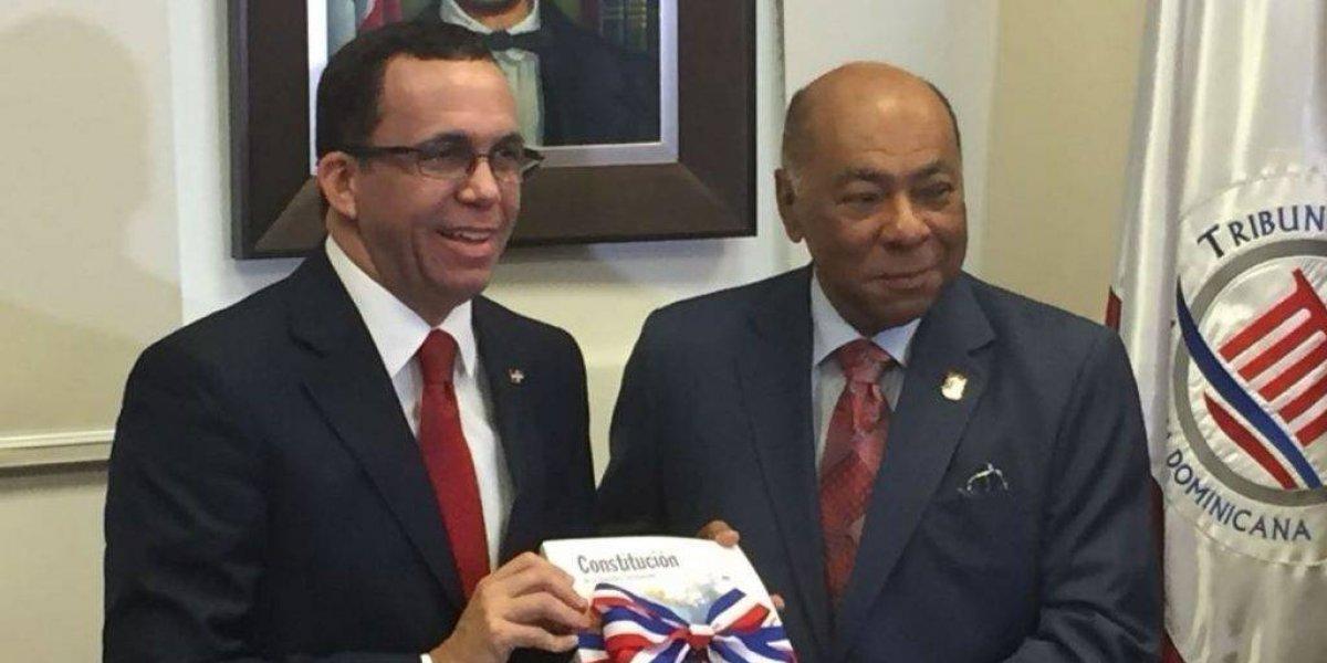 Educación recibe 12,000 ejemplares de primera edición escolar de Constitución