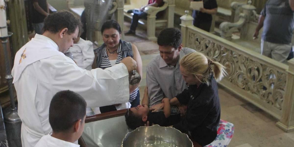 Y no fue sólo una vez: niña insulta a sacerdote en el momento que la bautiza y todo queda grabado