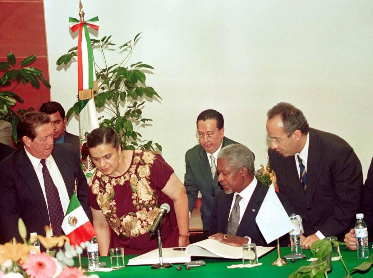 Kofi Annan conoció a los últimos tres presidentes de México. En la foto, con Felipe Calderón en 2002, cuando éste era diputado Foto: Cuartoscuro