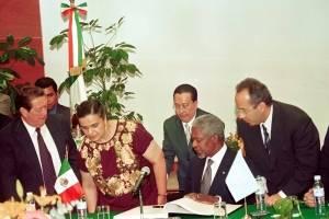 Kofi Annan conoció a los últimos tres presidentes de México. En la foto, con Felipe Calderón en 2002, cuando éste era diputado