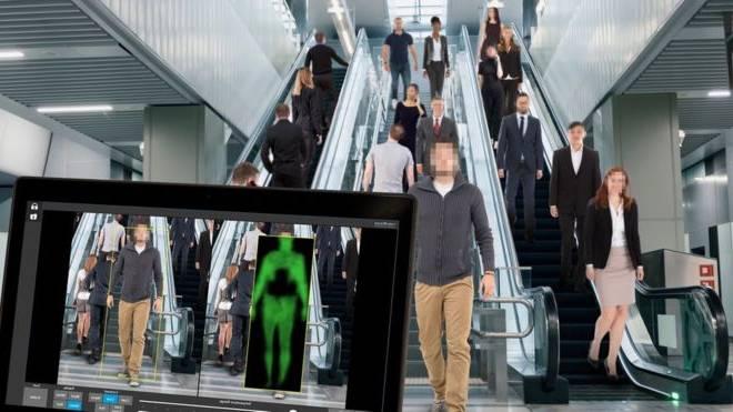 En pleno metro: Utilizan escáner corporal a distancia para examinar a pasajeros