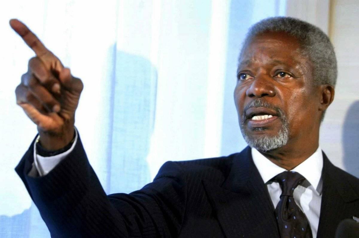 Kofi Annan, hace una observación durante una conferencia de prensa improvisada en el aeropuerto internacional de Estocolmo, Suecia, el 20 de agosto de 2003 (reeditada el 18 de agosto de 2018).
