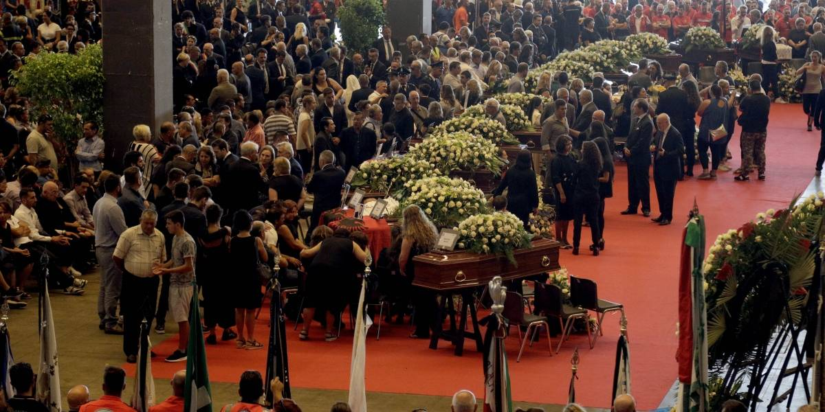 Con rabia y pifias a las ex autoridades: Italia realiza funeral a las víctimas de puente en Génova