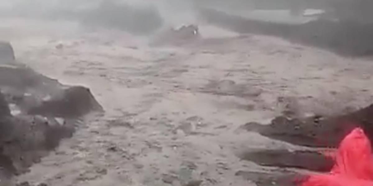 VIDEO. Lahar del volcán de Fuego arrastra un vehículo, familia se salva a tiempo