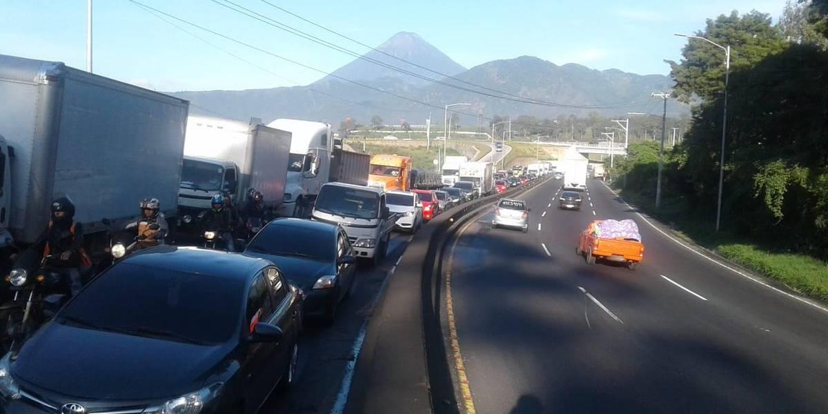 Camión con fallas mecánicas congestiona la Ruta al Pacífico