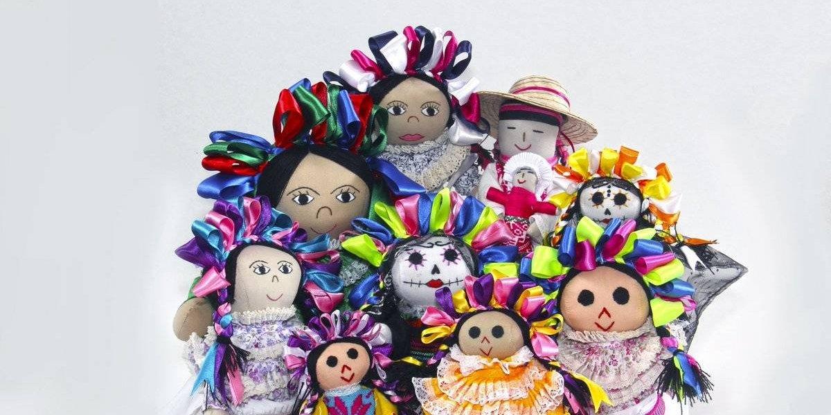 Regalan muñecas y diademas artesanales en Estadio Corregidora