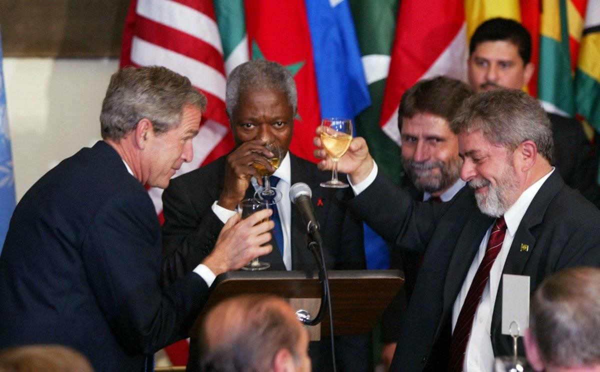 Koni Annan; George W. Bush, presidente de Estados Unidos y Luiz Inácio Lula da Silva, presidente de Brasil, brindan durante una reunión en la ONU celebrada en septiembre de 2003