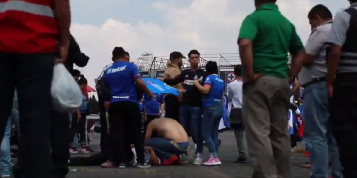 VIDEO: Riña entre aficionados de Cruz Azul y León deja hombre herido