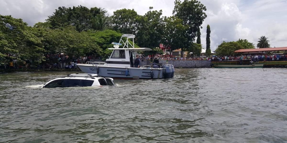 Mujer muere ahogada al caer dentro de un automóvil al Lago de Izabal