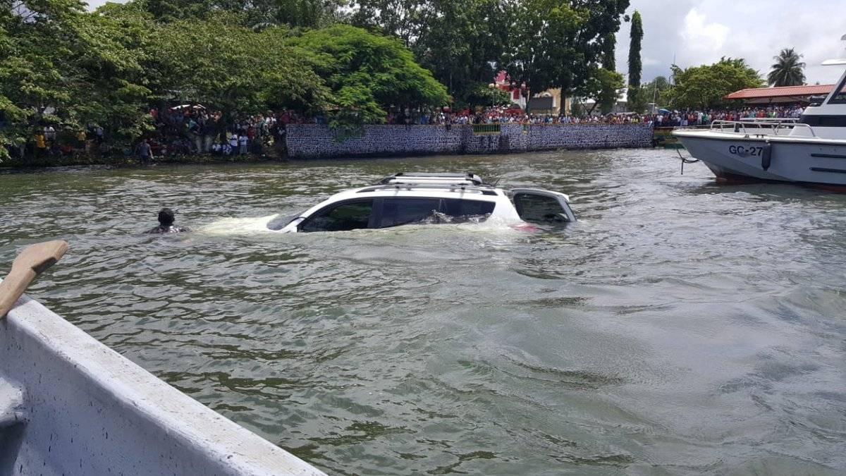 Vehículo cae al lago de Izabal. Foto: Ejército de Guatemala