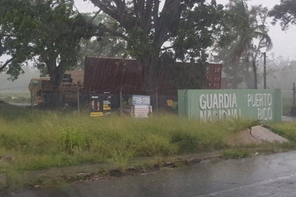Vagones son transportados a campamento de la Guardia Nacional en Tortugueros.