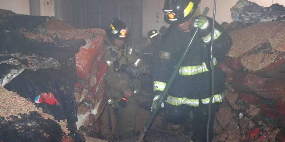 Se incendia bodega de granos básicos en la colonia Landívar
