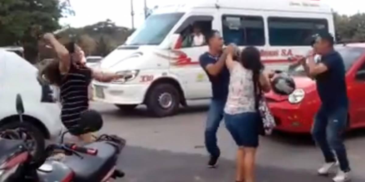 ¡Con cuchillo en mano! Mujer intentó huir para no pagar comparendo