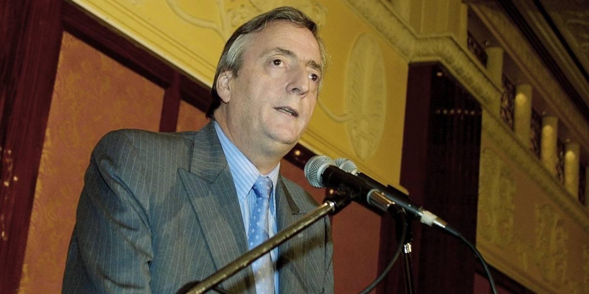 Le pusieron el pijama a rayas: Busto de Néstor Kirchner fue vestido de reo en Rosario