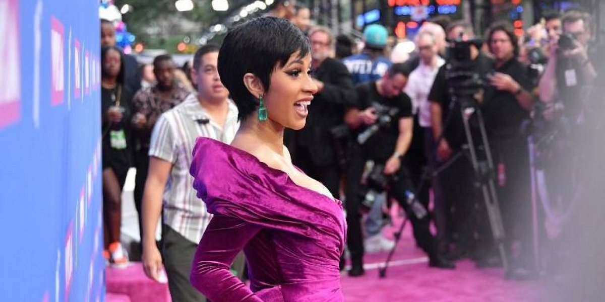 El escandaloso escote de Cardi B que roba las miradas en la alfombra roja de los MTV VMAs
