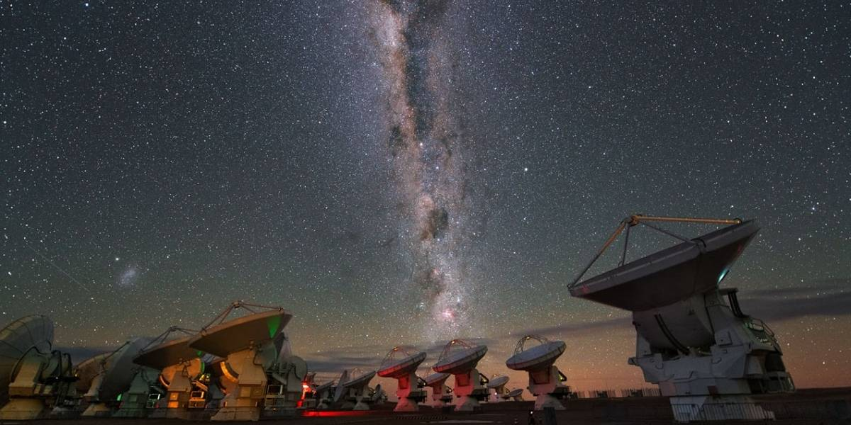 ALMA descubre chorros de vapor de agua caliente saliendo de una estrella recién formada