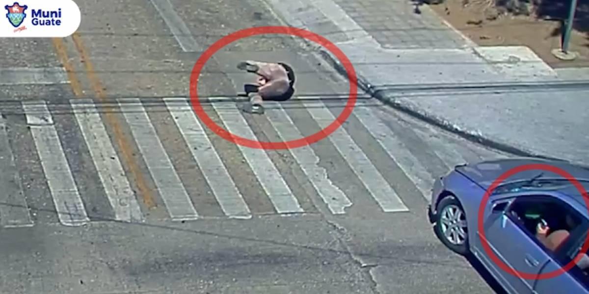 Peatón atropellado por piloto con celular en la mano