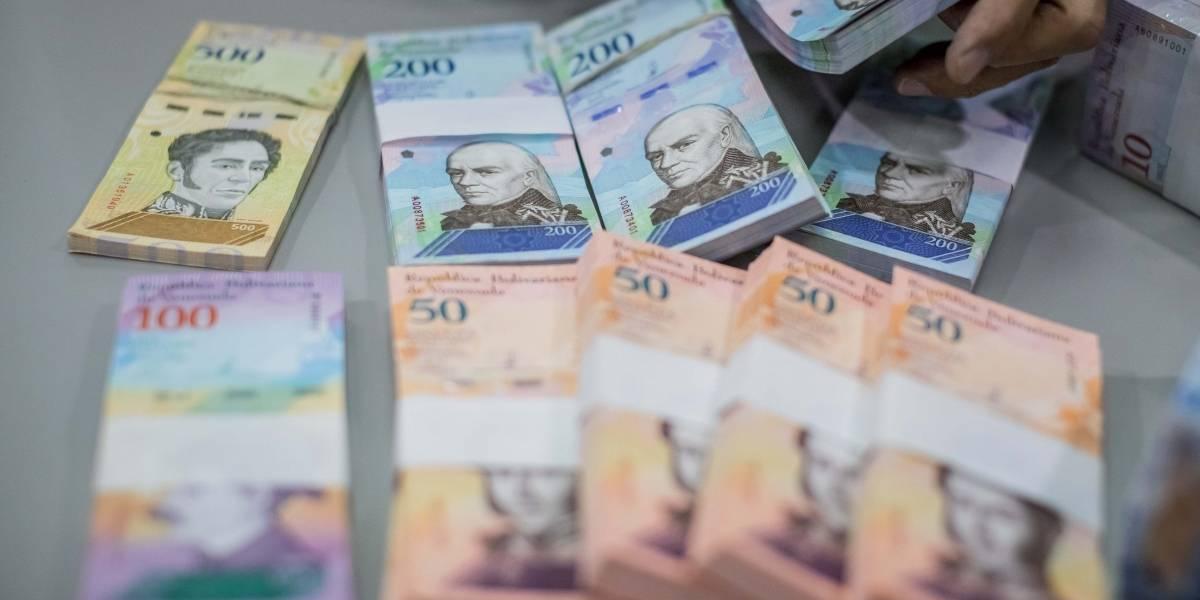 Los 9 dólares extras que mantienen a los venezolanos en la crisis