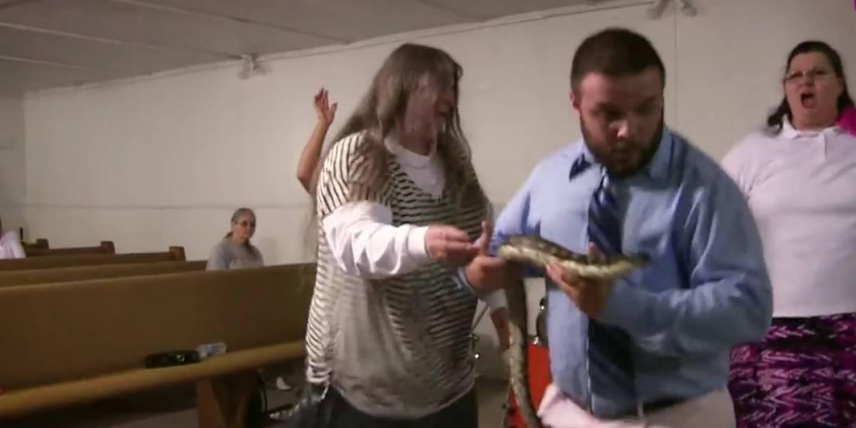 Serpiente muerde a pastor durante sermón